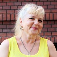 Олена Зуєнко - Художниця І категорії, керівниця гуртка «Батик»